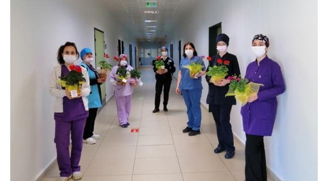 Başkan Yılmaz'dan Sağlıkçı Annelere Çiçek Sürprizi