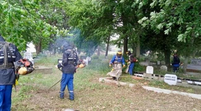 İBB, Programlar Dahilinde Silivri'de Mezarlıkları Temizliyor