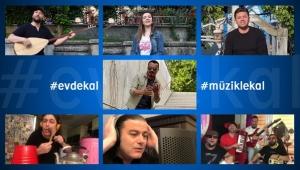 Müzisyenler Çaldı, Vatandaşlar Evlerinde Oynadı!