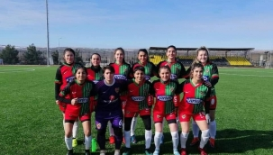 2. Lig'e Yükselen Alibeysporlu Bayan Futbol Takımına Tebrik Yağmuru