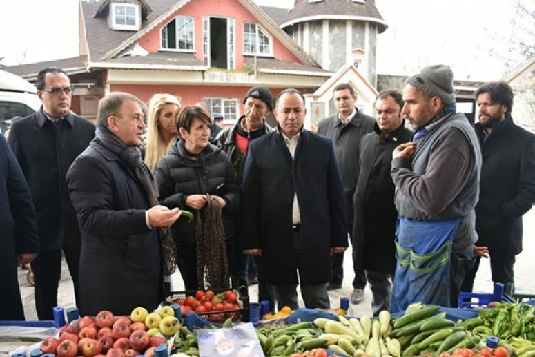 Ortaköy'de pazar esnafını ziyaret etti
