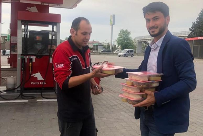 AK gençlerden benzinlik çalışanlarına iftarlık ikramı