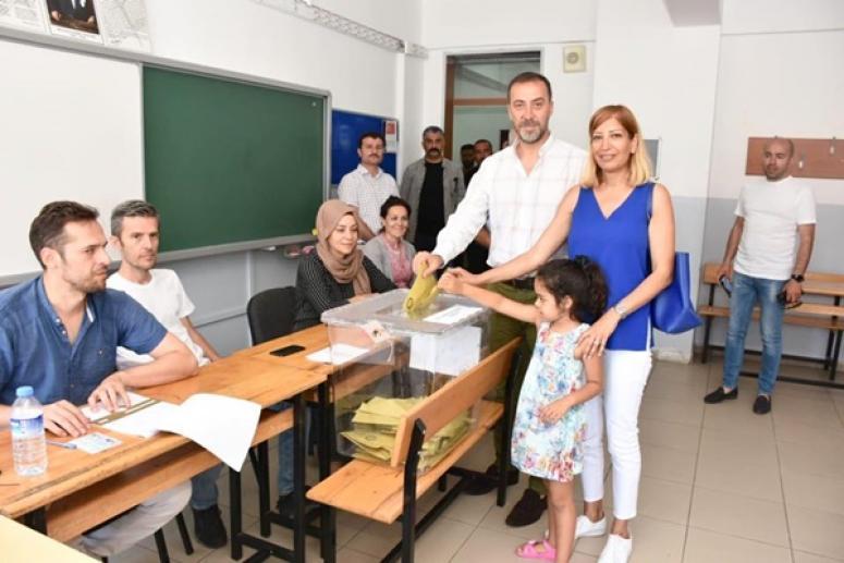 Yılmaz ailesi birlikte oy kullandı