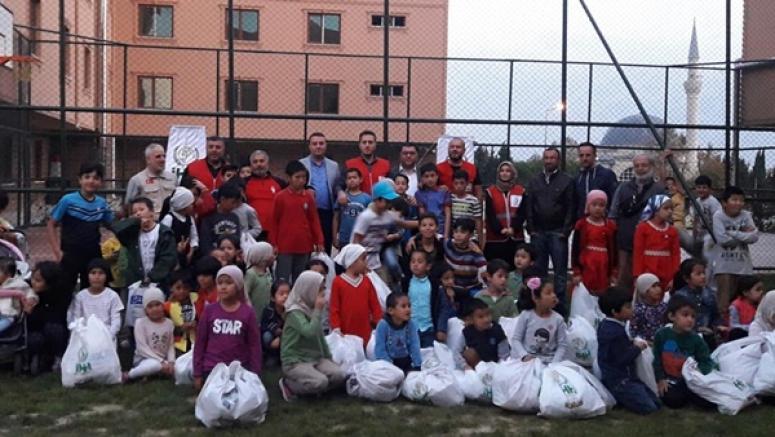 AK Parti, Kızılay ve İHH'dan Doğu Türkistanlı Çocuklara Yardım