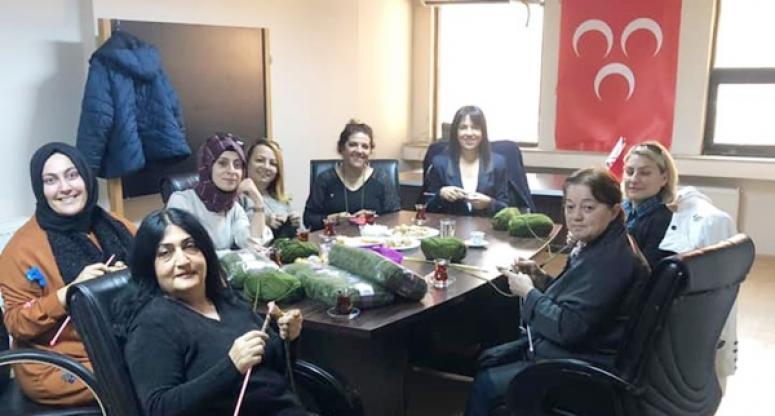 MHP'li Kadınlar, Mehmetçik Üşümesin Diye Boyunluk Örüyor