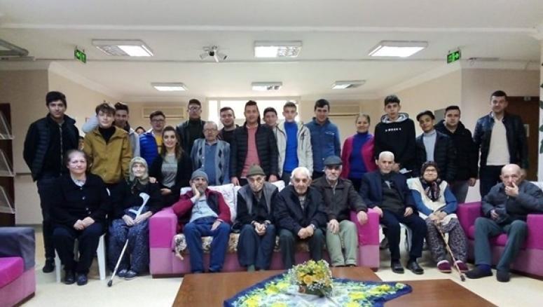 Değirmenköy Öğrencilerinden Huzurevi Ziyareti