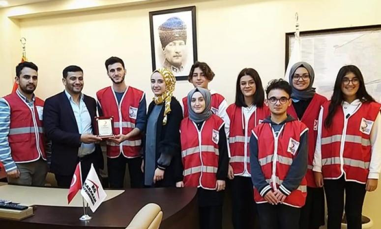Genç Kızılay Gönüllülerinden Karakan'a Teşekkür Plaketi