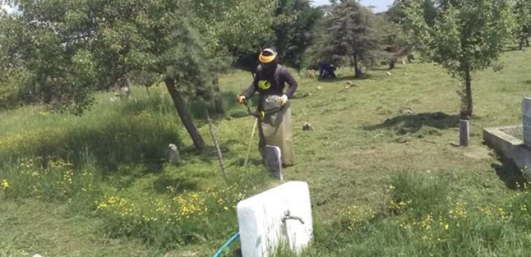 Çayırdere'de mahalle mezarlığı temizlendi