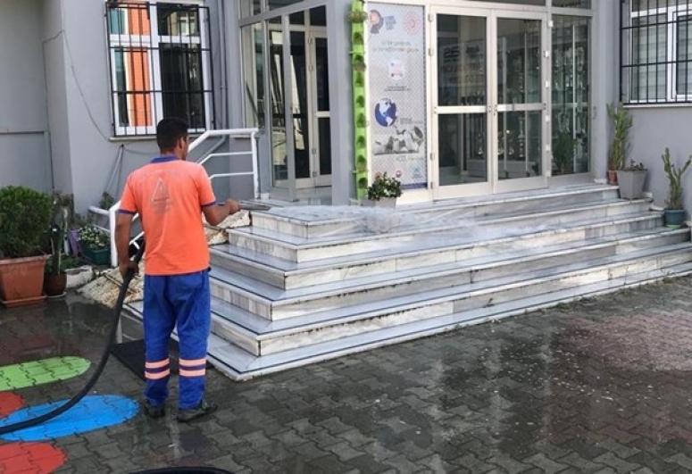 Belediye Ekipleri Okul Bahçelerini Temizledi